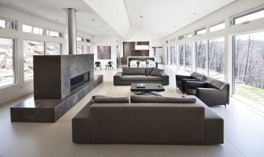 Sala minimalista nas cores neutras de cinza e branco.