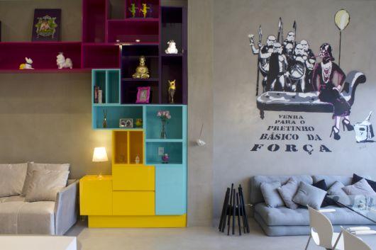 Duas inspirações de ambientes com móveis coloridos e papéis de parede com gravuras.