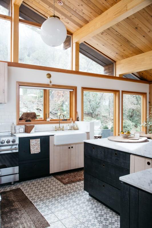Janela de madeira grande para cozinha moderna