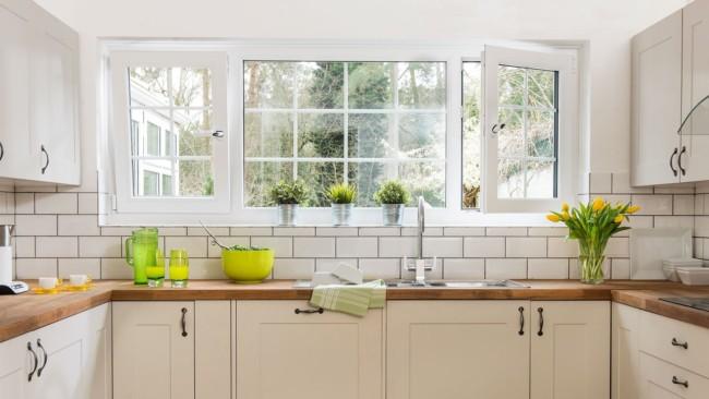 Janelas de PVC robustas para cozinha branca