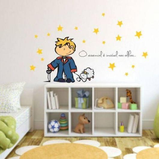 Papel de parede com imagem e frase do Pequeno Príncipe.