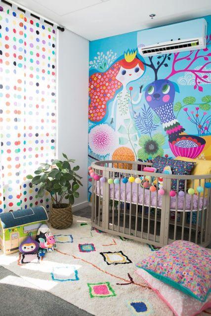 Papel de parede com desenho de menina e animal.