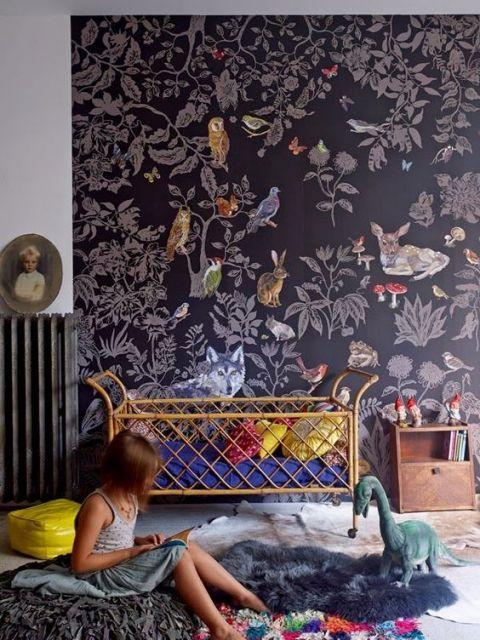 Papel de parede para quarto infantil com desenho de plantas e animais.