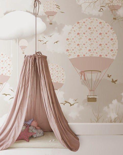 Papel de parede de balão e pequena cabana.