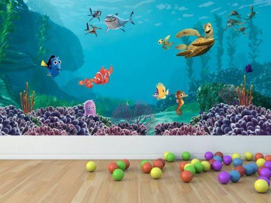 Papel de parede mostrando o fundo do mar com personagens do filme Procurando Nemo.