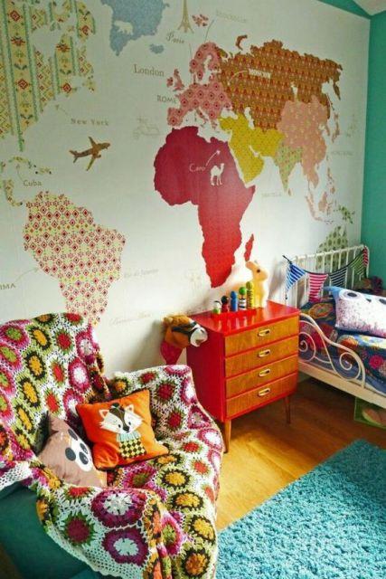 Quarto com mapa colorido e decoração seguindo as mesmas cores.