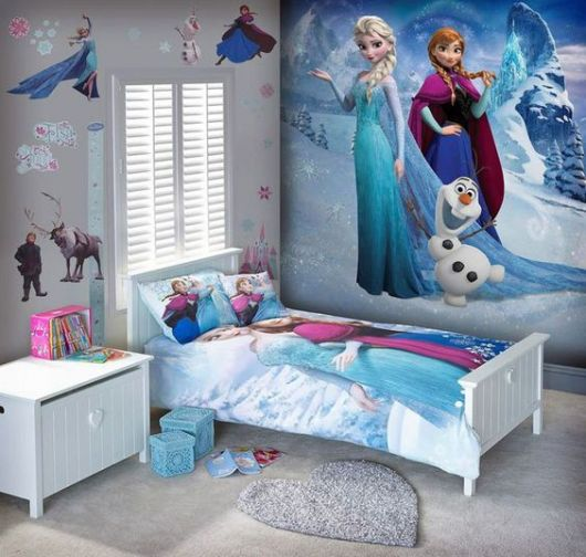 Quarto com papel de parede com Elza, Anna e Olaf.