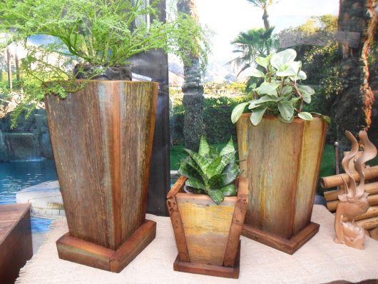 Modelo de vaso de madeira com madeira rústica sem pintura com flores pantadasna cor verde com branco.