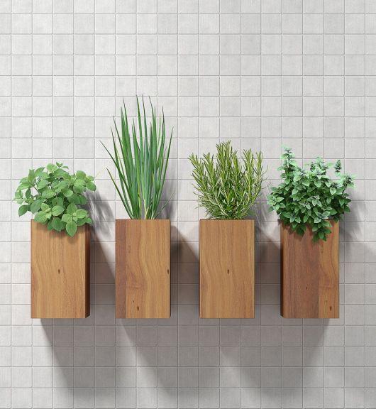 Modelo de vaso quadrado em madeira simples com plantas.