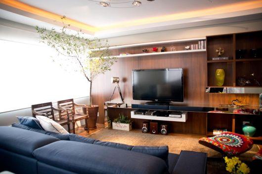 Sala clean bem clara com modelo de vaso de madeira grande bem moderno.