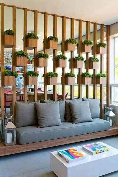 Sala de Estar moderna com divisórias de parede vazadas com vasinhos de plantas em madeira.