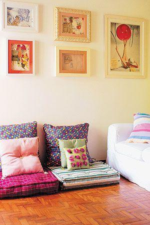 Decoração com almofadas coloridas.