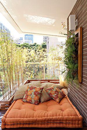 Almofada tufon na decoração da varanda.