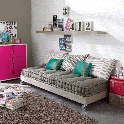 Almofadas coloridas no sofá.