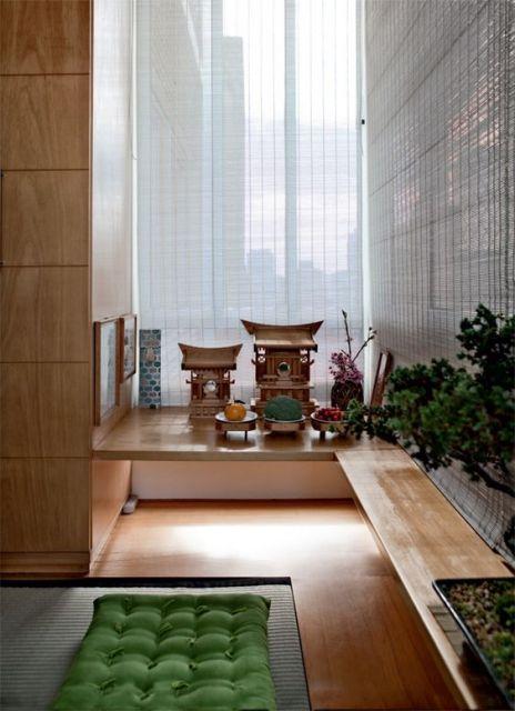 Ambiente decorado com almofadas.