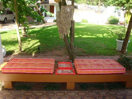 Almofadas no jardim.