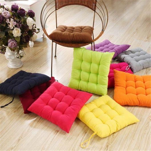 Almofadas coloridas no chão.