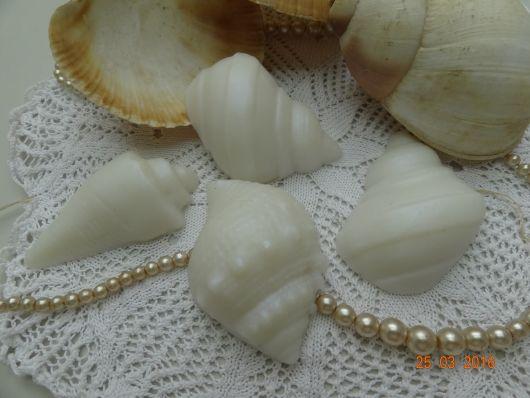 Conchas brancas com pérolas.
