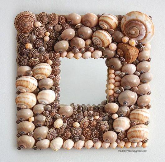 Porta-retrato com conchas decorativas.