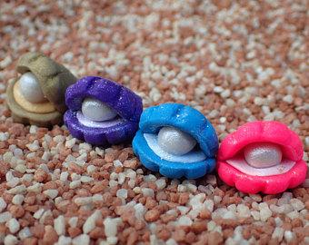Conchas coloridas feitas com biscuit.