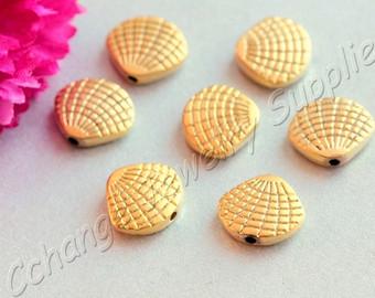 Conchas douradas com biscuit.