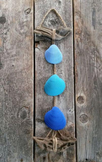 Conchas azuis penduradas.
