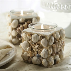 Pote quadrado decorado com conchas.