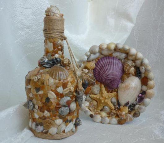 Garrafa decorada com conchas.