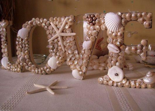 Letras decoradas com conchas.
