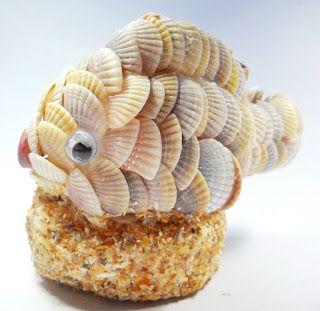 Peixe decorativo feito com conchas.