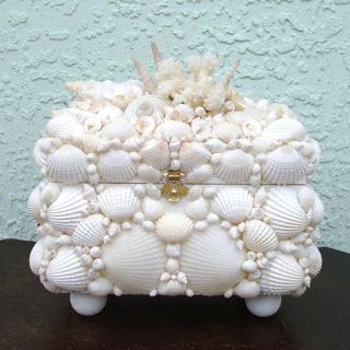 Caixa de bijouteria feita com conchas.