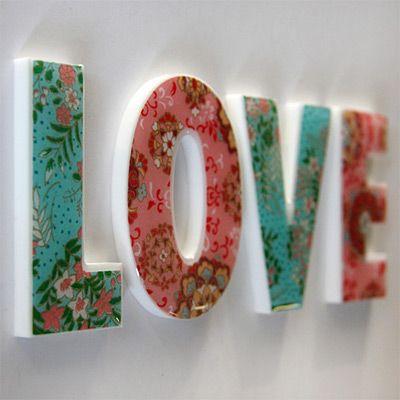 Letras de isopor decoradas.