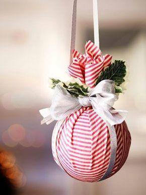 Enfeite de natal feito com bola de isopor.