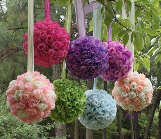 Pendente de flores feito com bola de isopor.