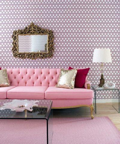 Sala com azulejo retrô lilás.