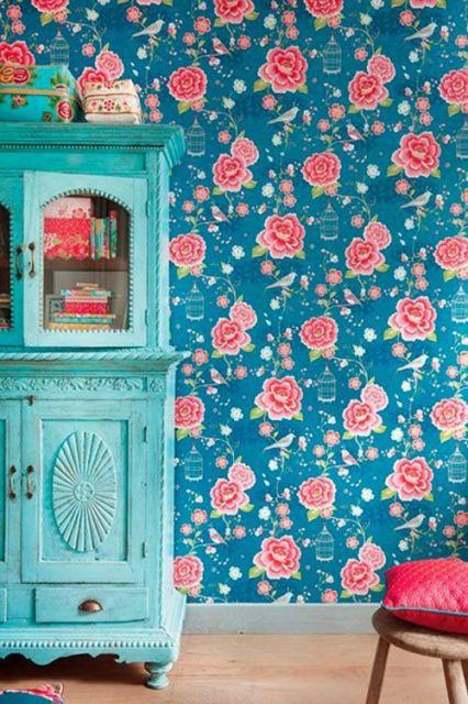 Quarto com azulejo retrô florido azul.