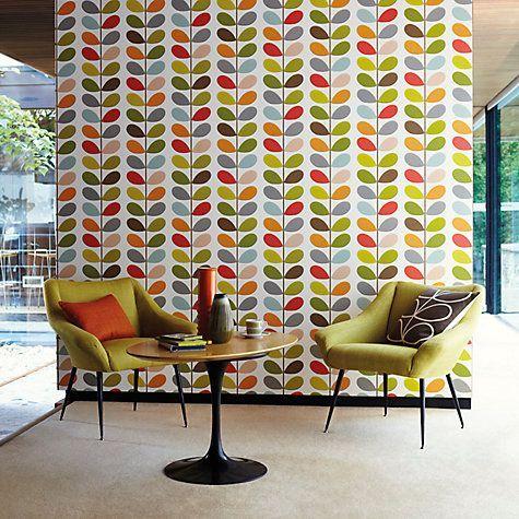 Sala com azulejo retrô colorido.