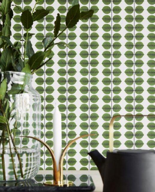 Parede com azulejo retrô verde.