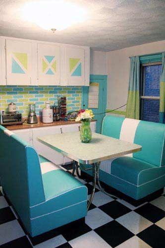 Cozinha com azulejo retrô verde e azul.