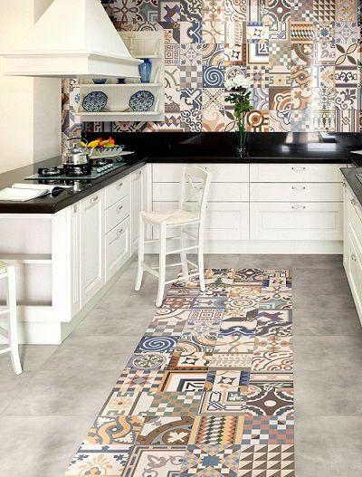 Cozinha branca com azulejo retrô colorido.
