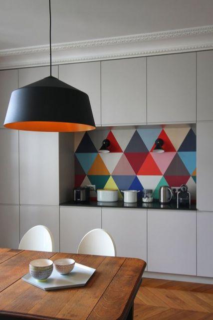 Cozinha com azulejo retrô.