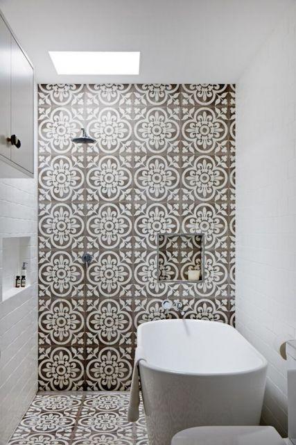 Banheiro com parede de azulejo retrô cinza.
