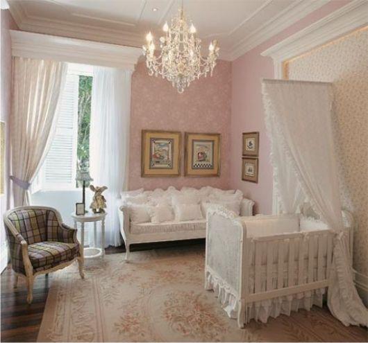 Berço provençal branco em quarto rosa.