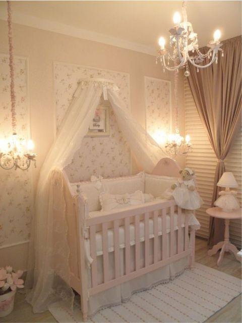 Berço provençal em quarto de bebê.