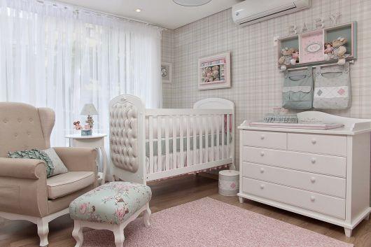 Berço provençal branco em quarto de bebê neutro.