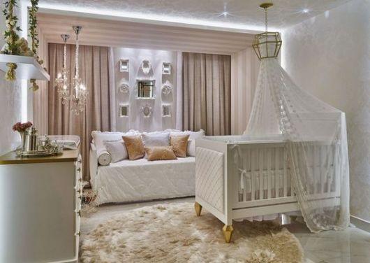Berço provençal branco em quarto com cores neutras.