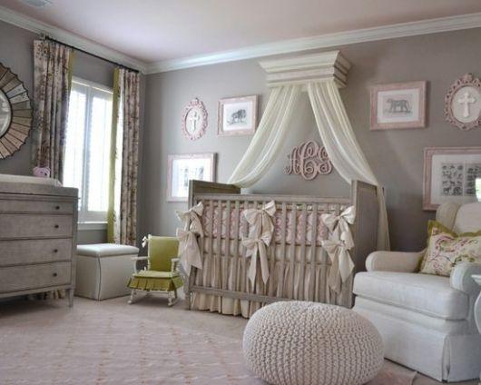 Berço cinza em quarto com cores neutras.