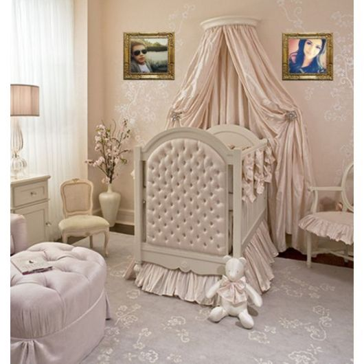 Berço cinza em quarto rosa