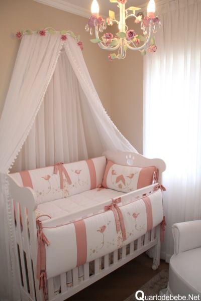 Berço provençal com roupa de cama rosa e branco.