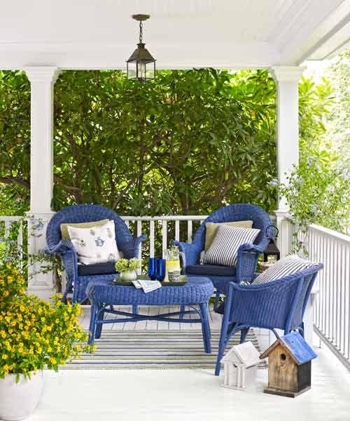 Cadeiras de vime azul na varanda.